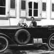 mit der Mutter im Auto, 1925
